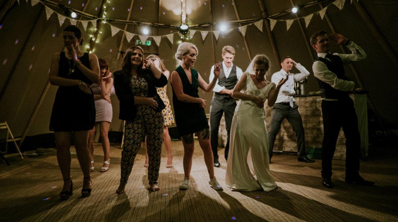 Zespół, dj czy wodzirej – jaką oprawę muzyczną wybrać na przyjęcie weselne?
